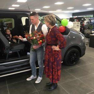 Linde & ouders met nieuwe rolstoelbus