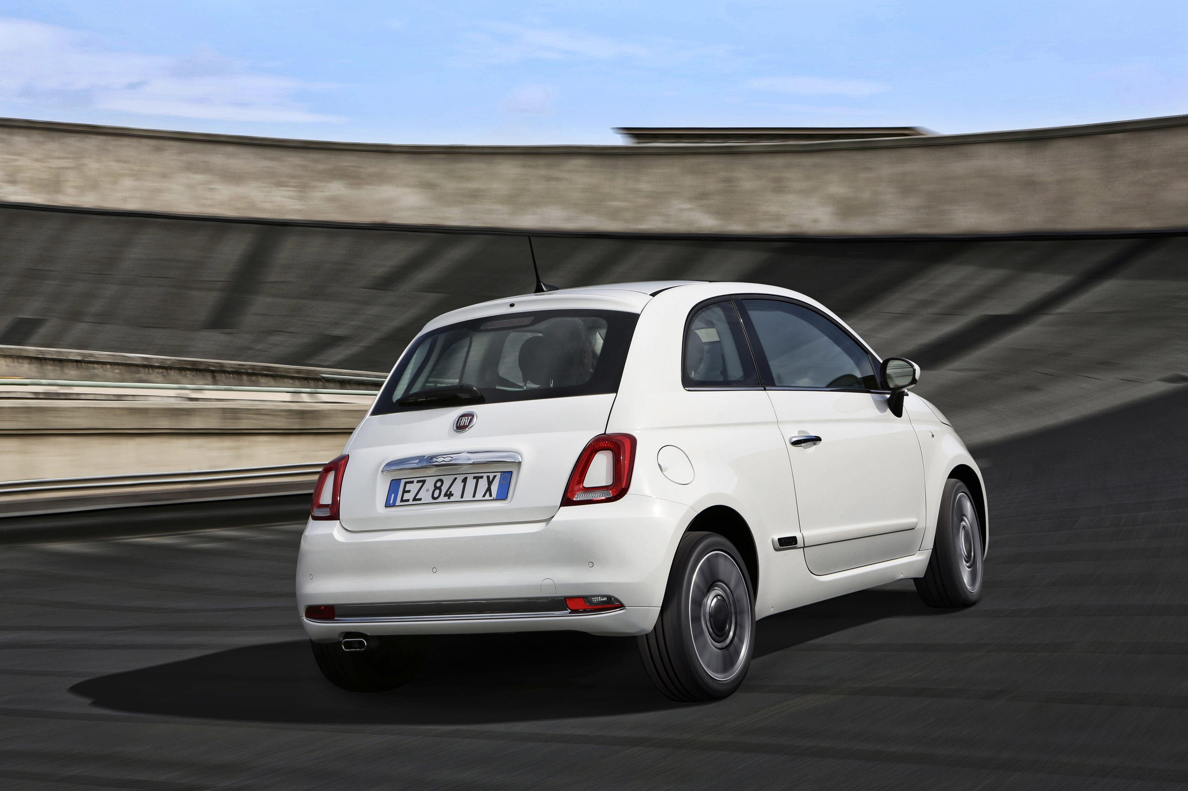 Fiat 500 wit rijdend achterkant