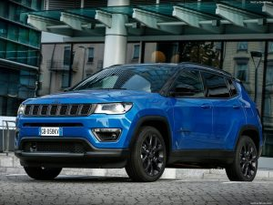 Jeep-Compass_4xe blauw-schuin vooraanzicht