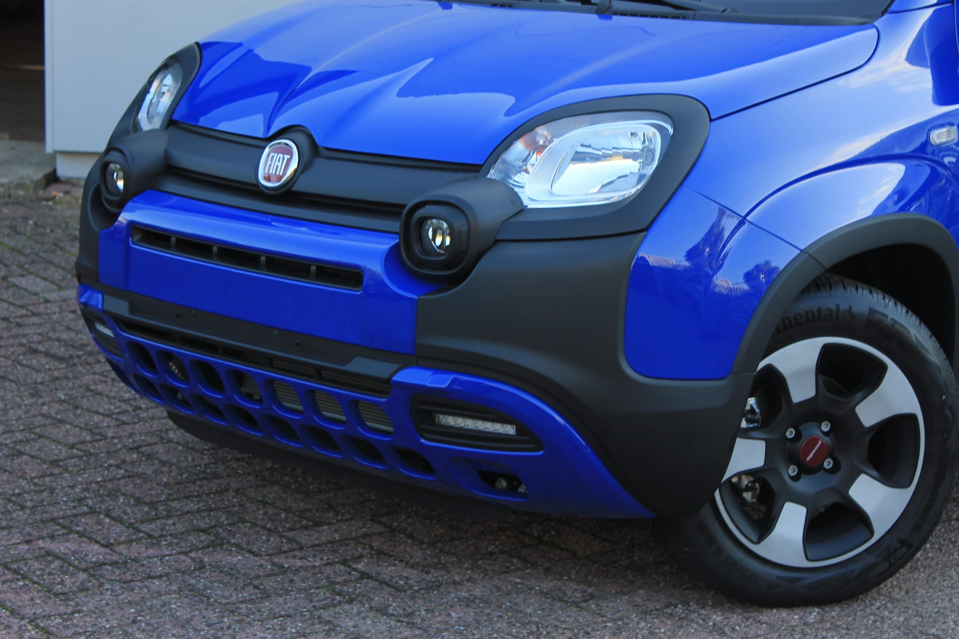 Fiat Panda Hybrid City Cross blauw - schuin vooraanzicht close up