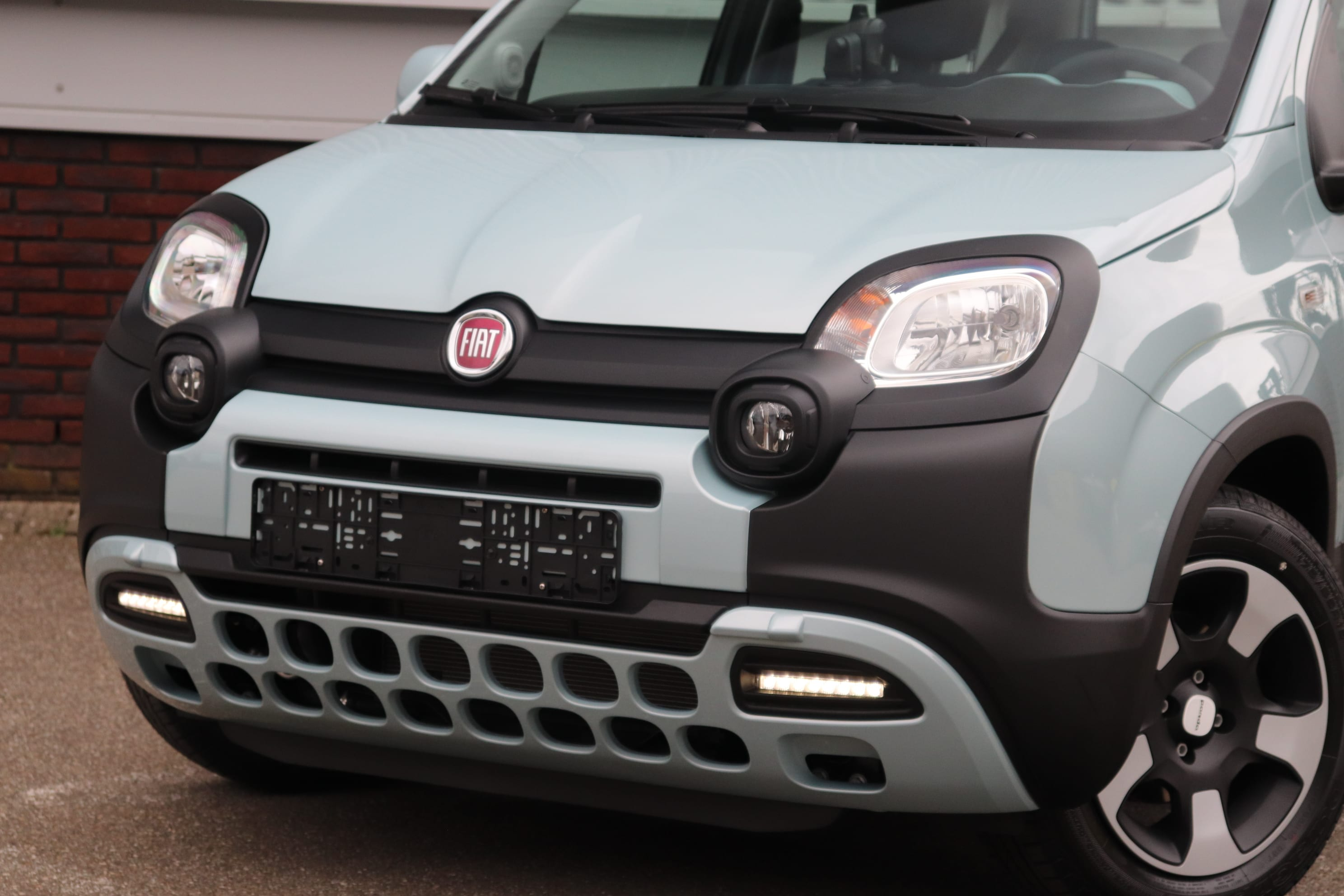 Fiat Panda Hybrid Launch Edition mintgroen - schuin vooraanzicht close up