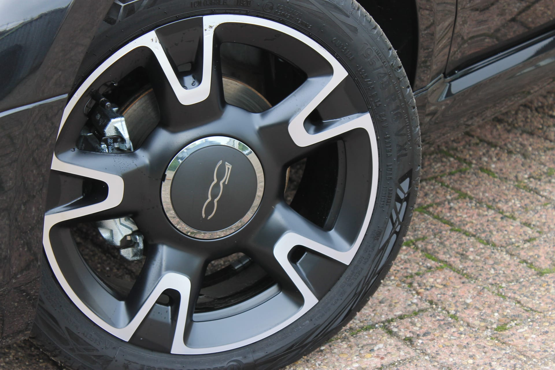 Fiat 500C Hybrid Rockstar zwart - velgen