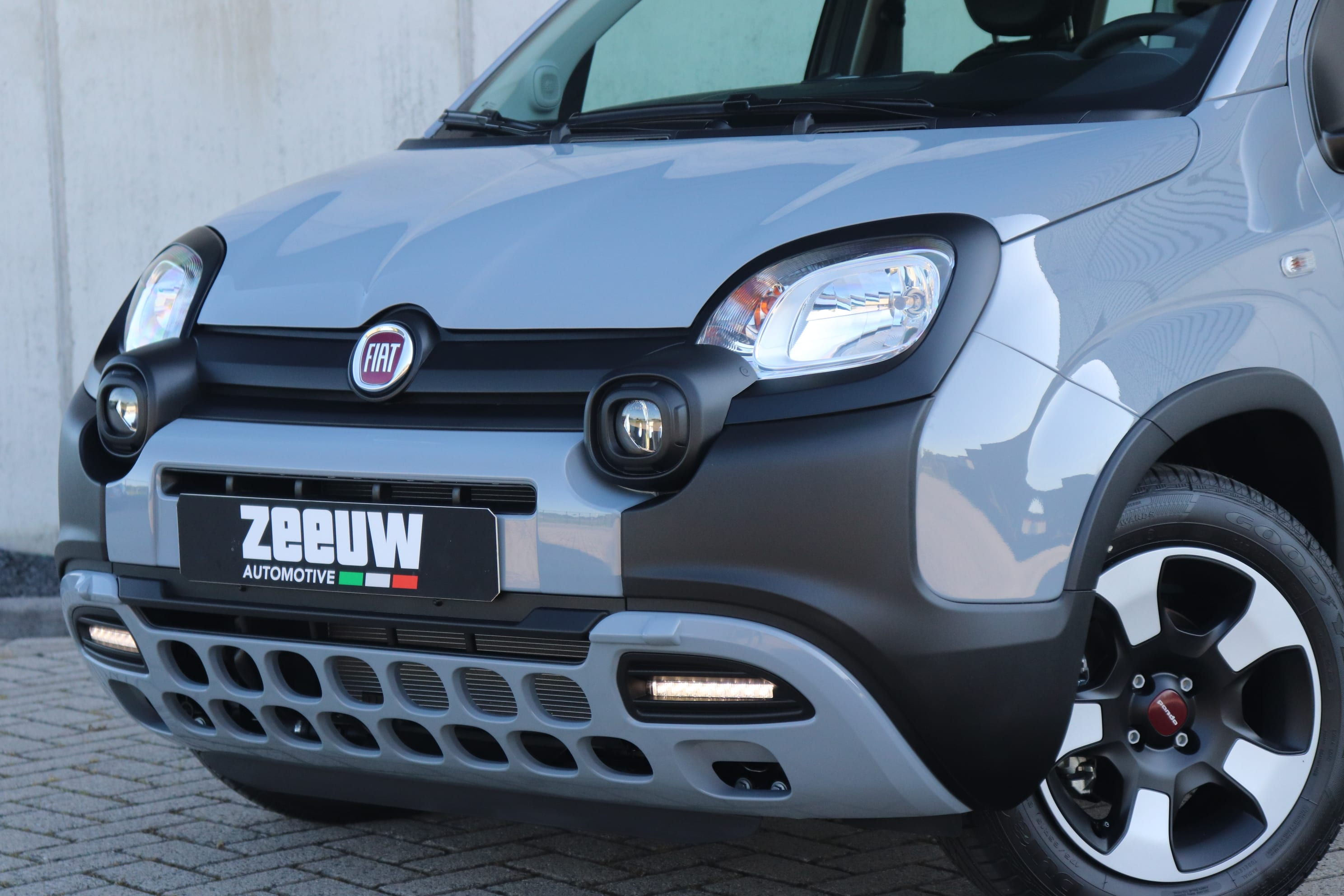 Fiat Panda Hybrid City Cross grijs - voorkant close up
