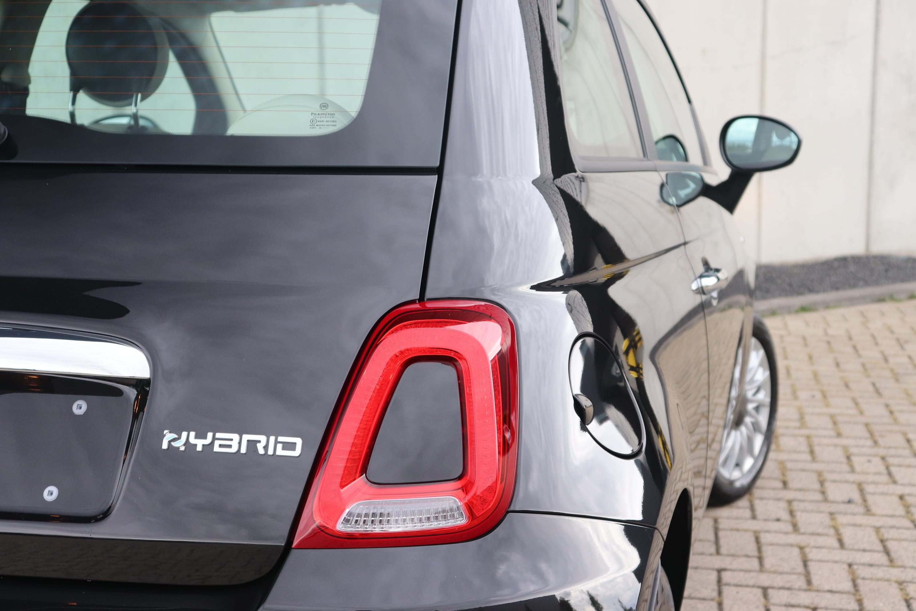 Fiat 500 Hybrid Lounge zwart - achteraanzicht close up