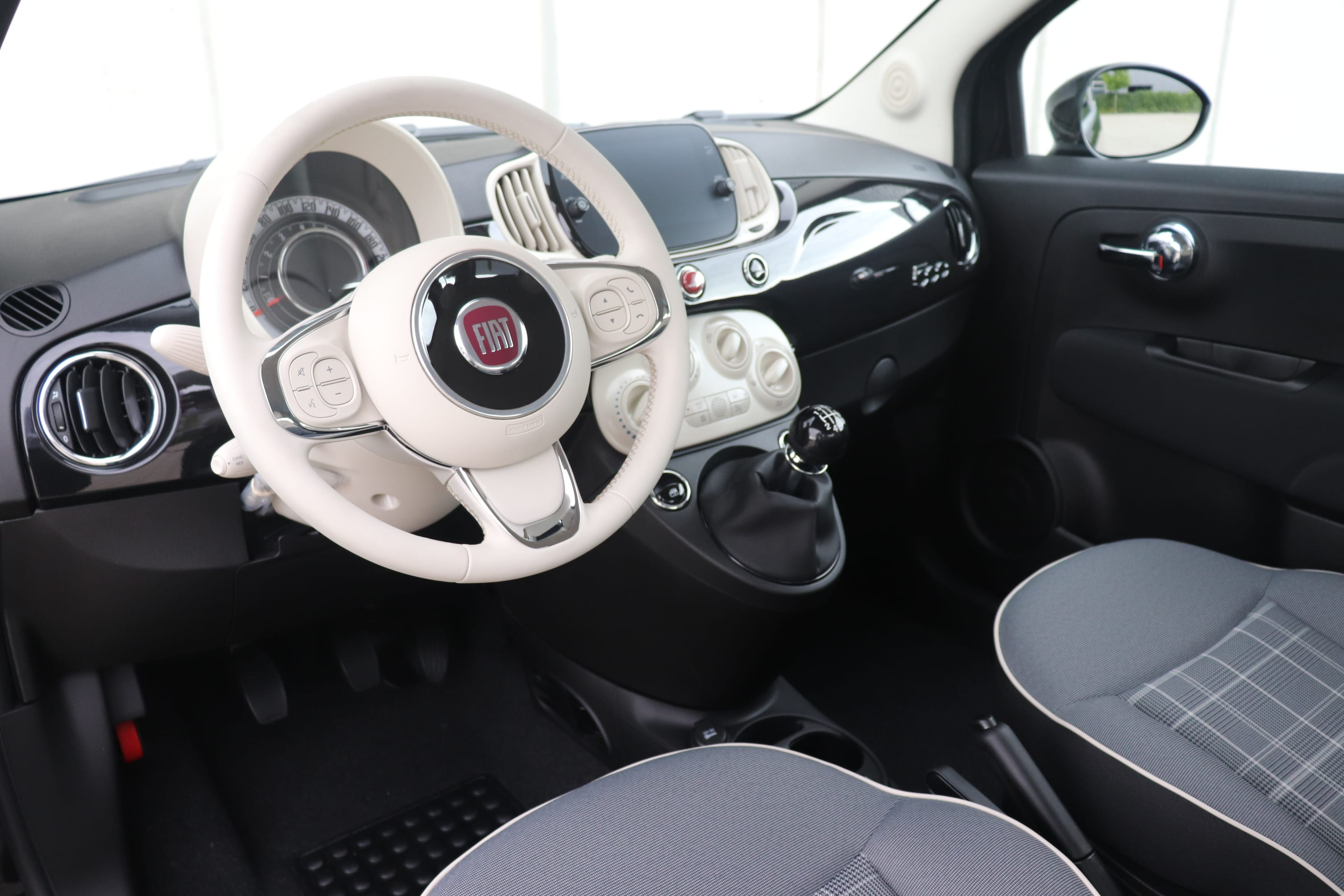 Fiat 500 Hybrid Lounge zwart - stuur + dashboard