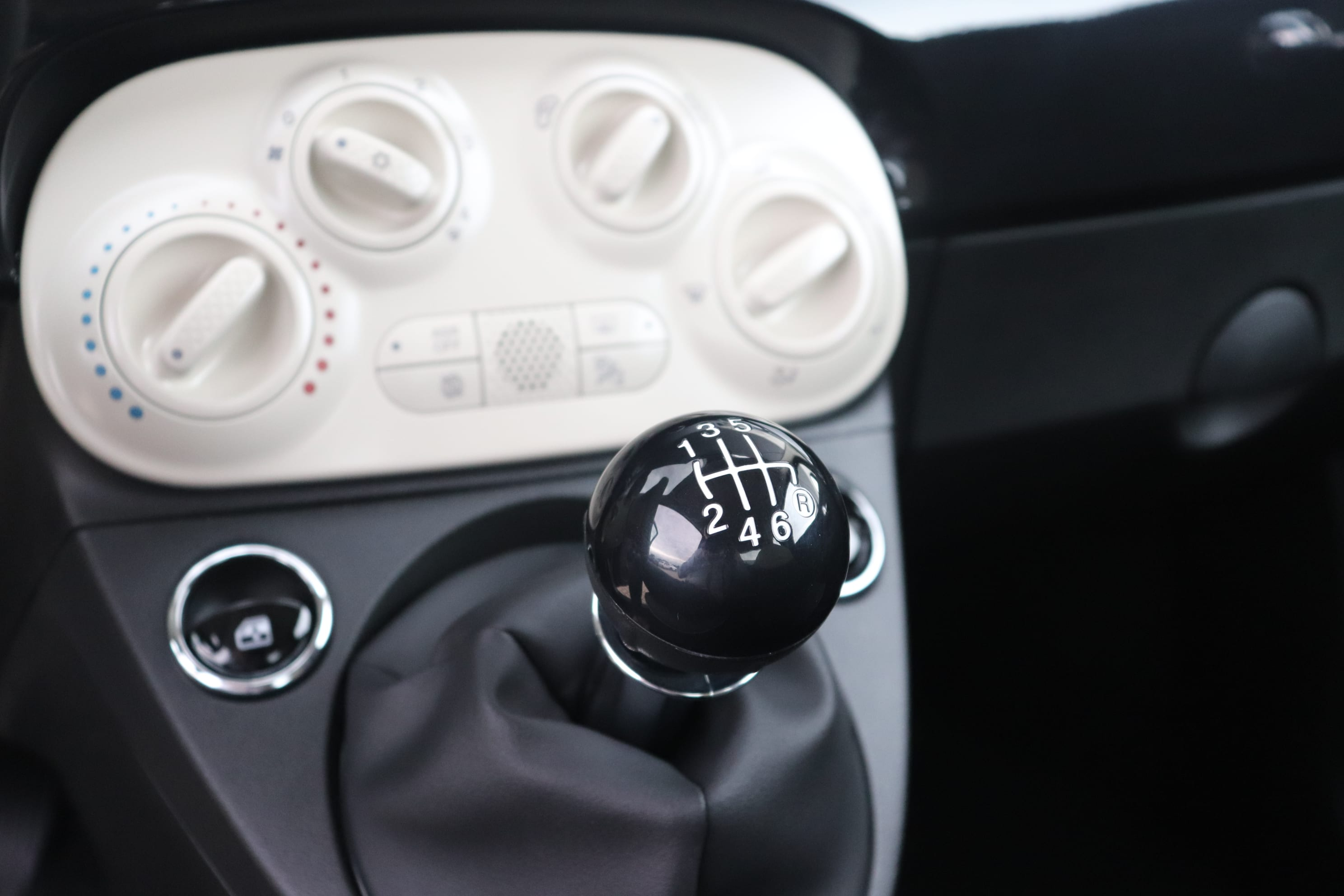 Fiat 500 Hybrid Lounge zwart - versnellingspook
