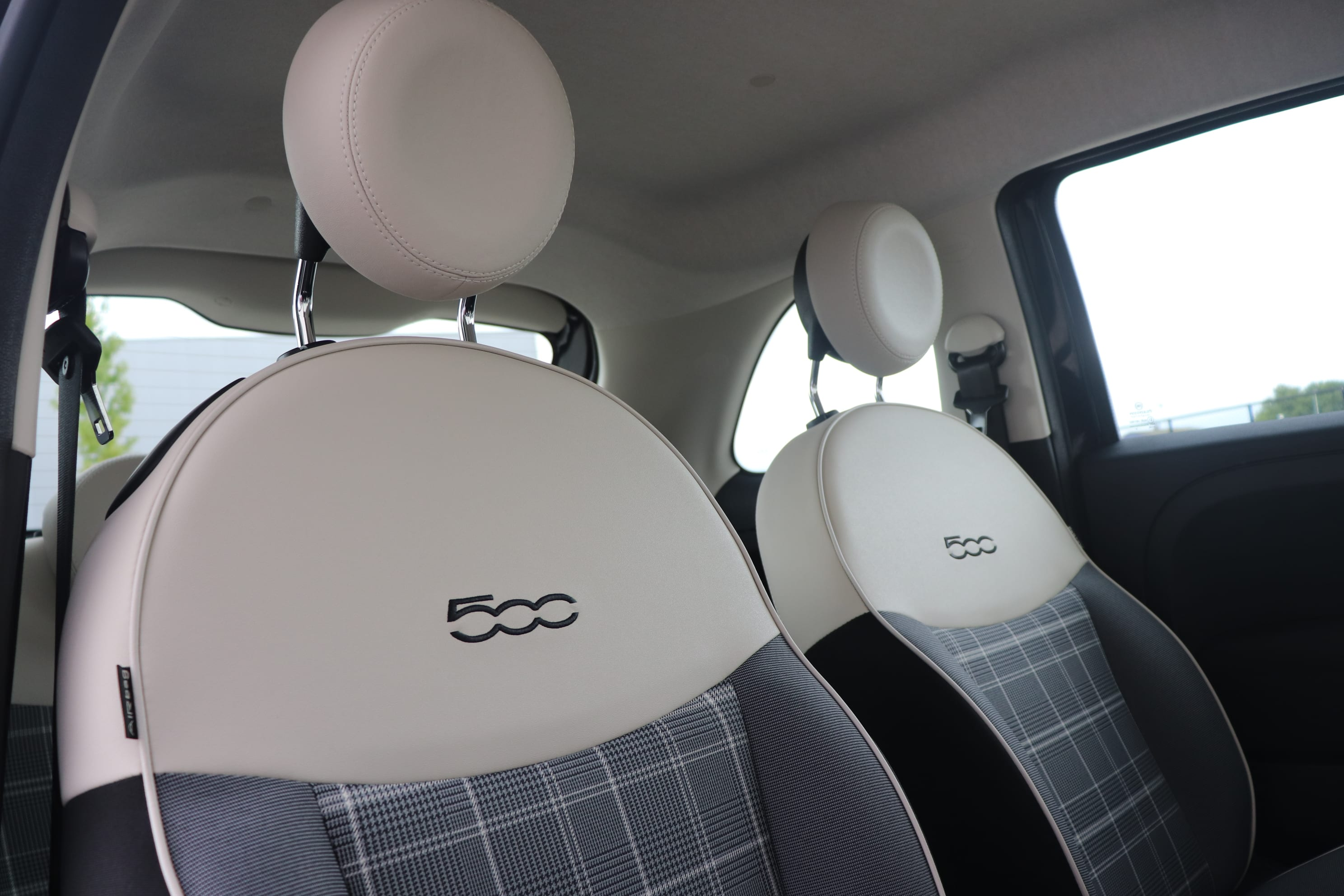 Fiat 500 Hybrid Lounge zwart - interieur vooraanzicht