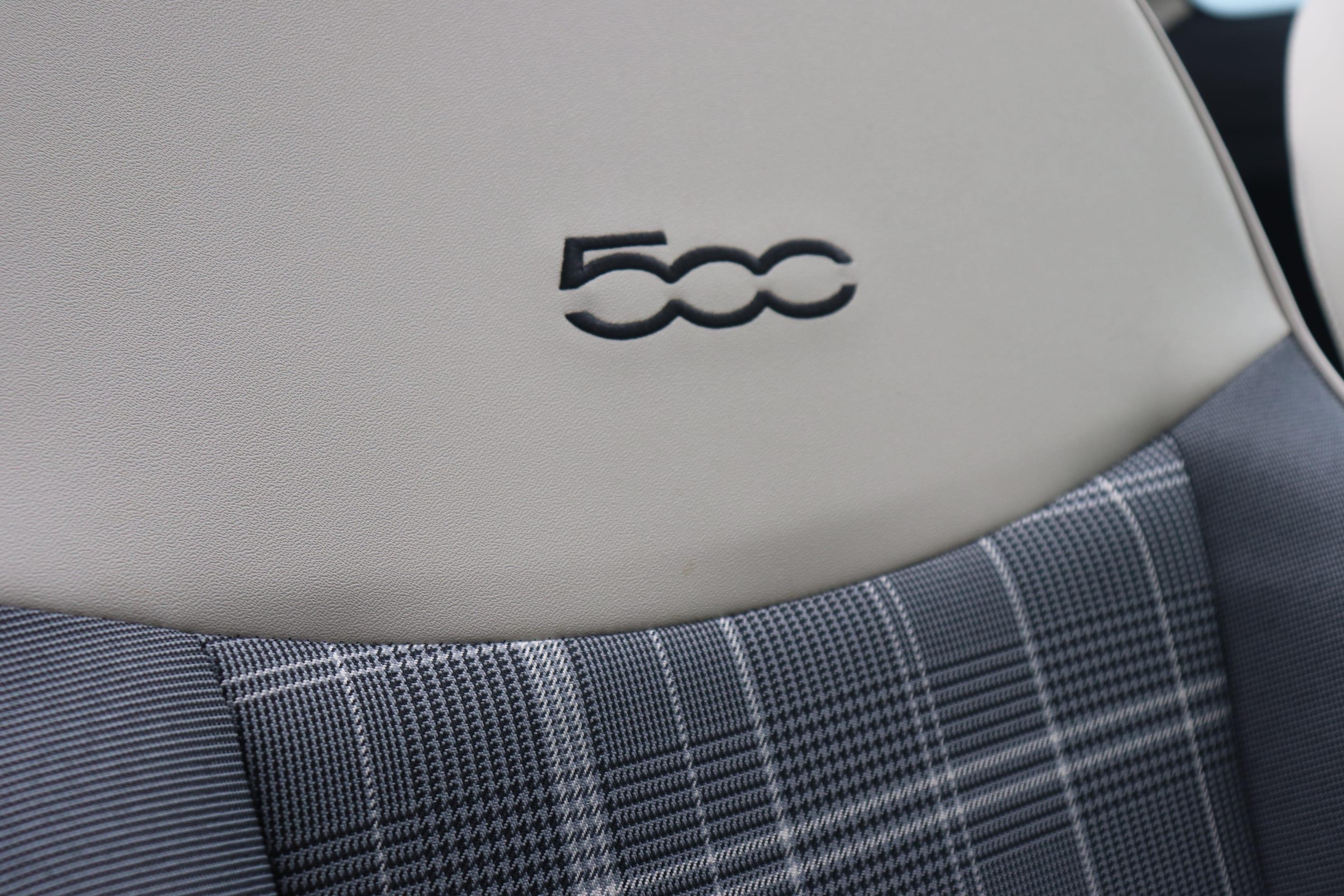 Fiat 500C Hybrid Lounge zwart - voorstoelen close up