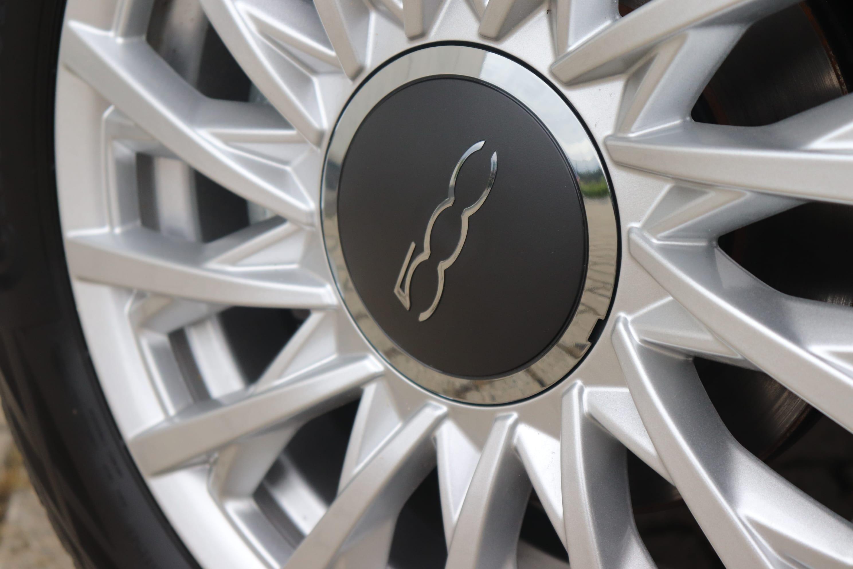 Fiat 500C Hybrid Lounge zwart - velgen close up