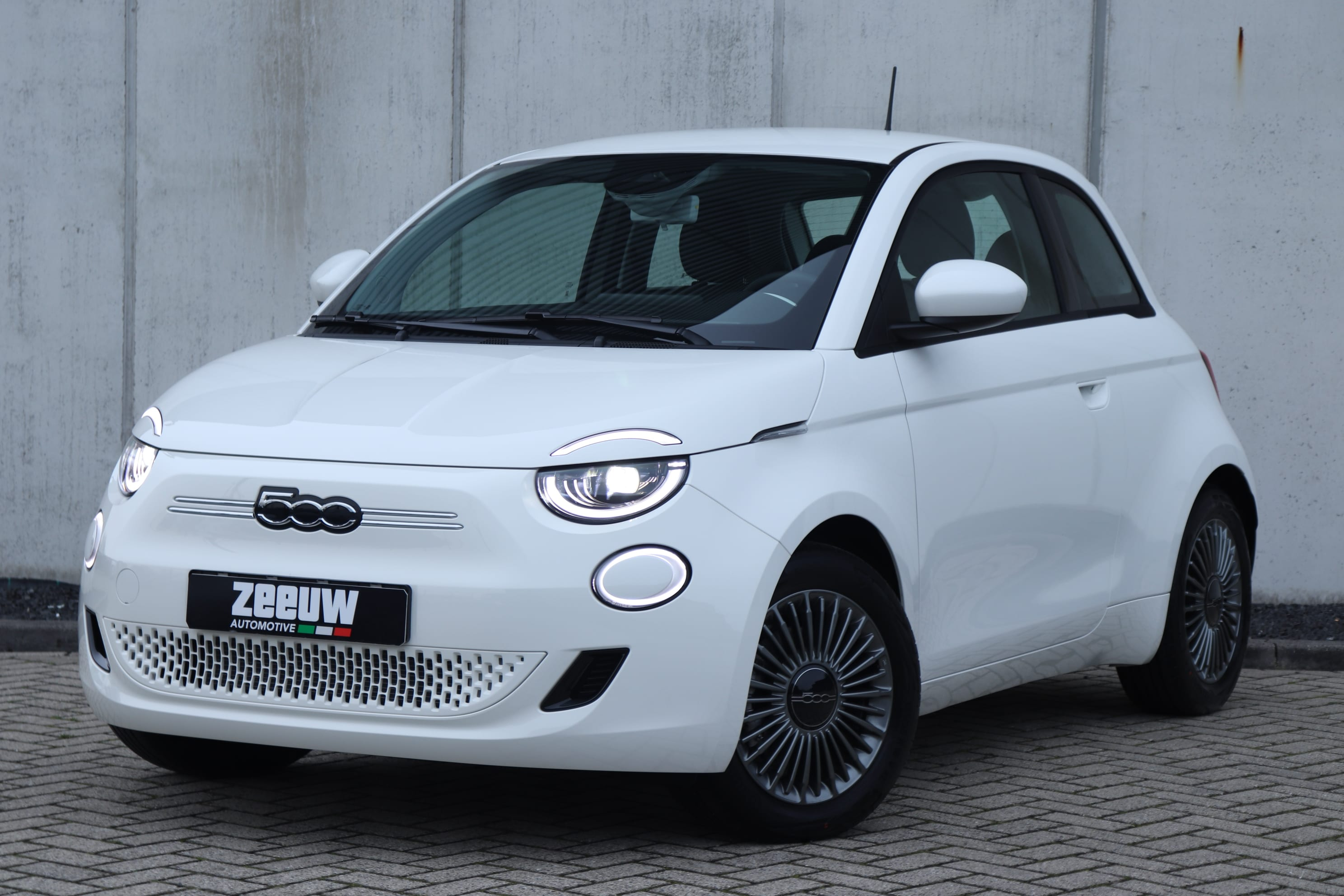 Fiat 500E Ice White Business Edition - schuin voorkant