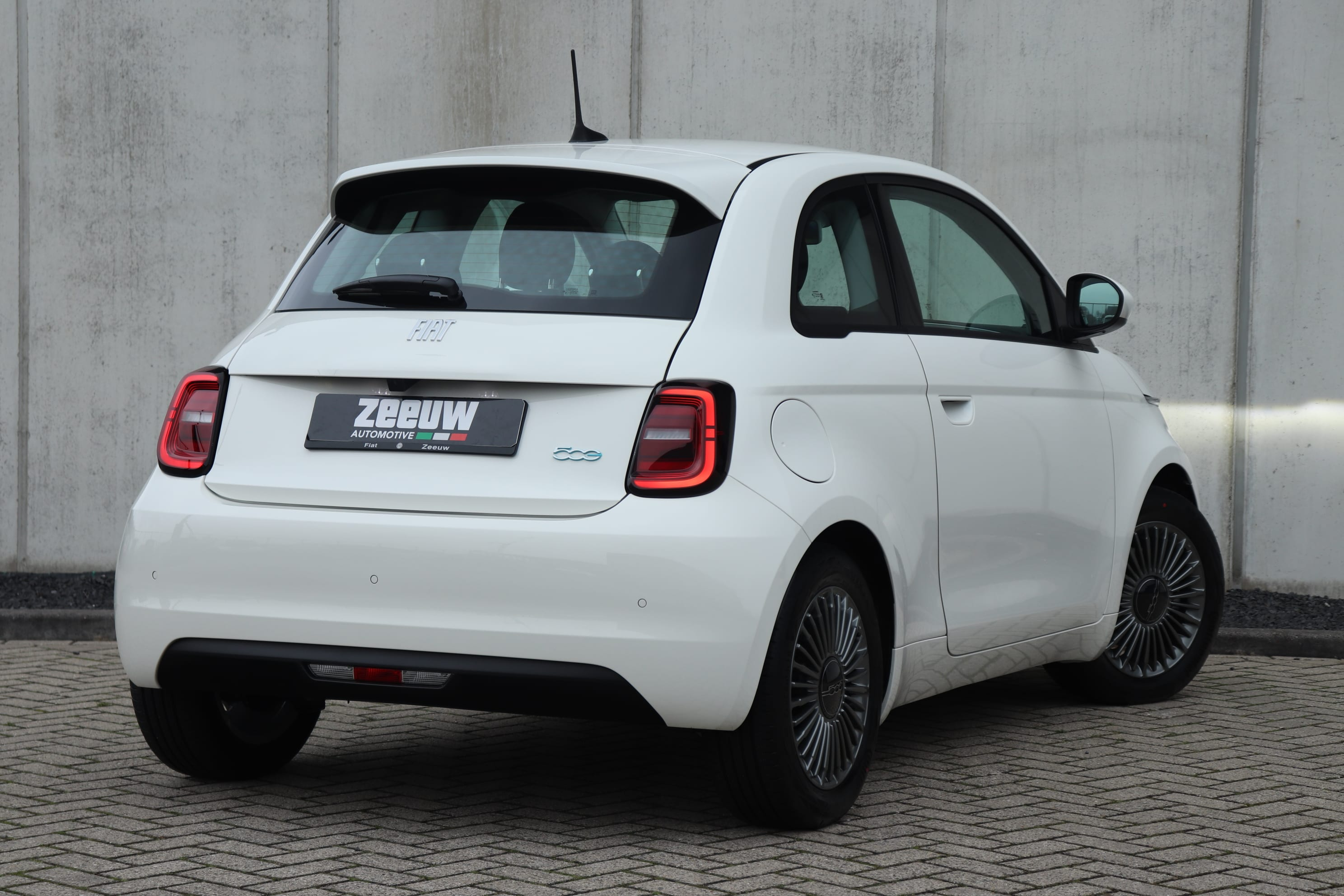 Fiat 500E Ice White Business Edition - schuin achterkant