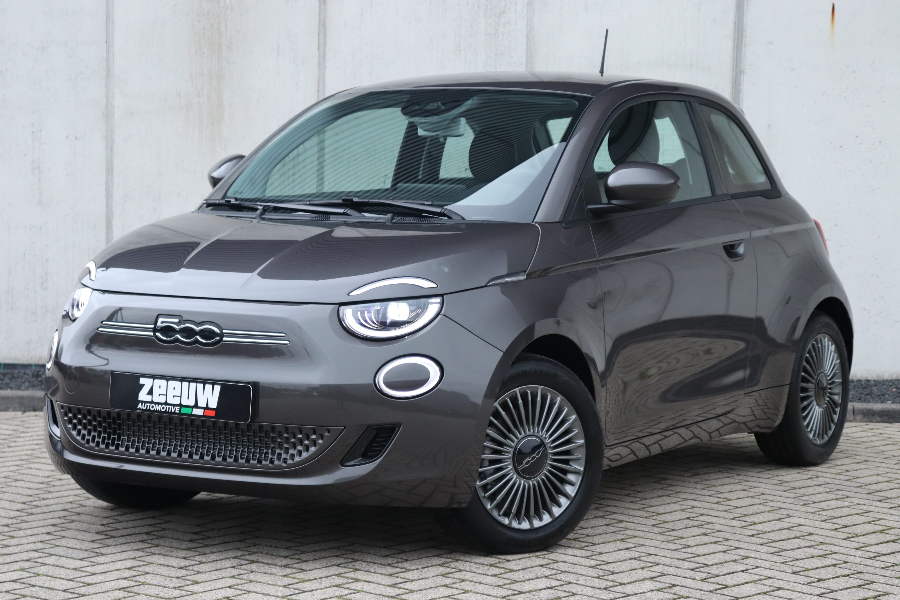 Fiat 500E Earth Grey Business Edition - schuin voorkant