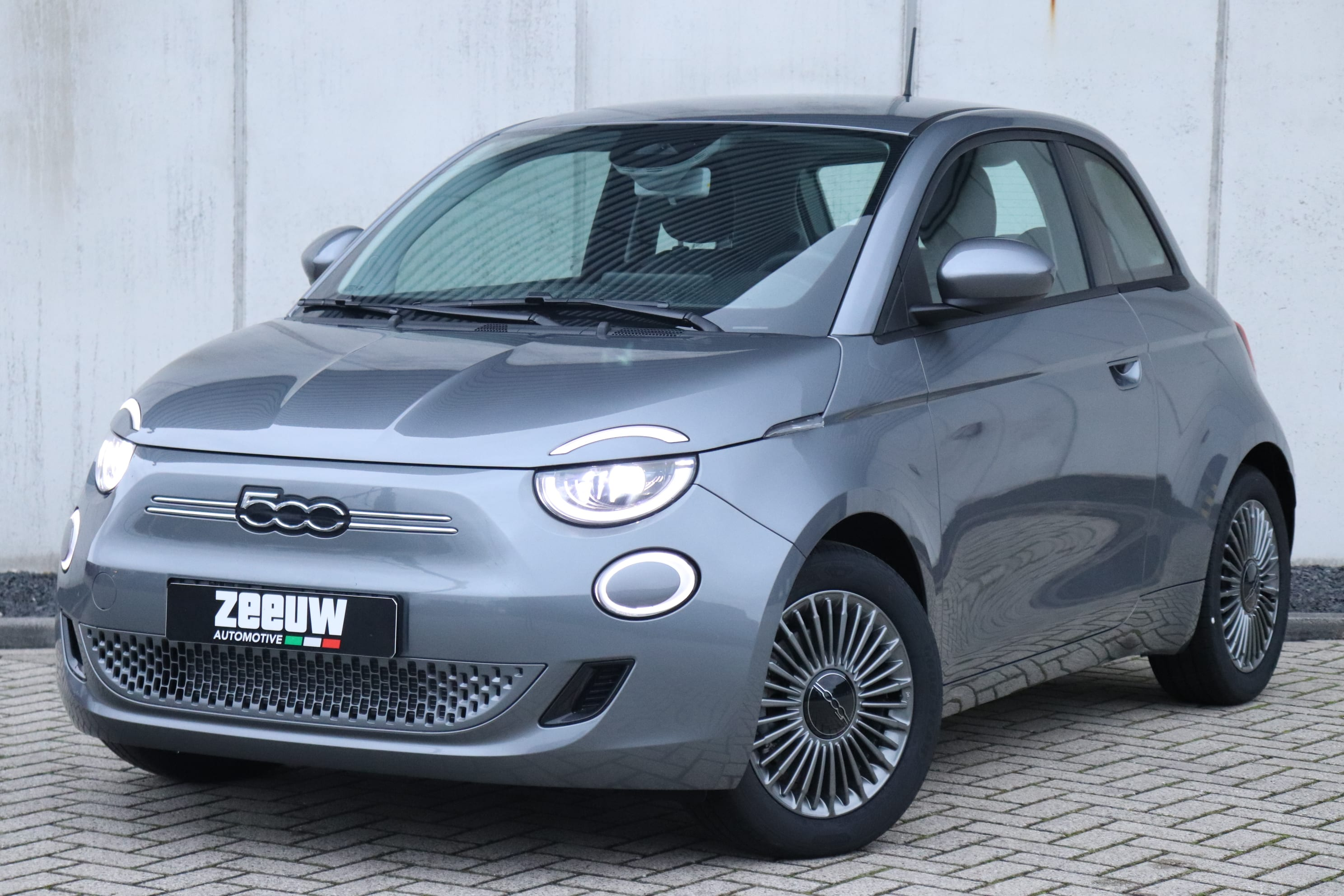 Fiat 500E Mineral Grey Business Edition - schuin voorkant
