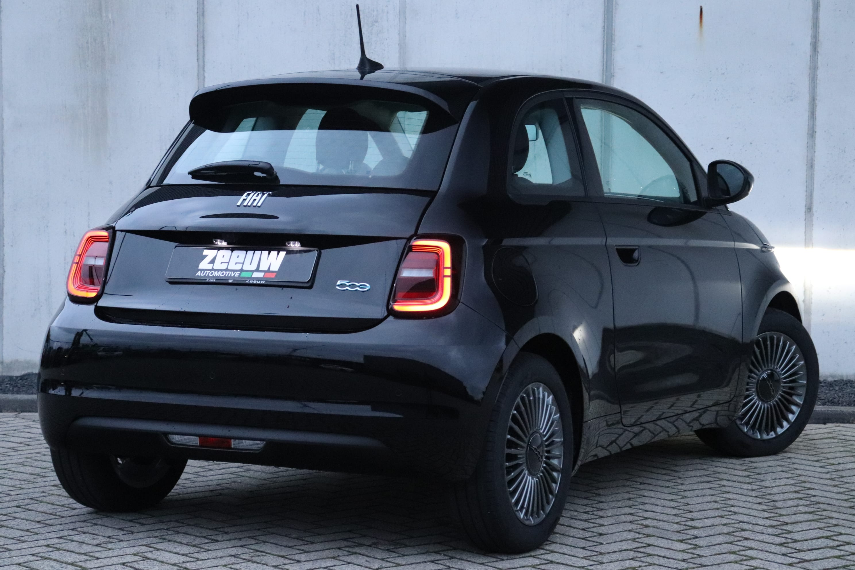 Fiat 500E Onyx Black Business Edition - schuin achterkant