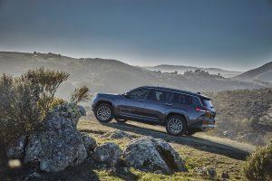 New Jeep Grand Cherokee L 2021 - schuin achterkant met berg