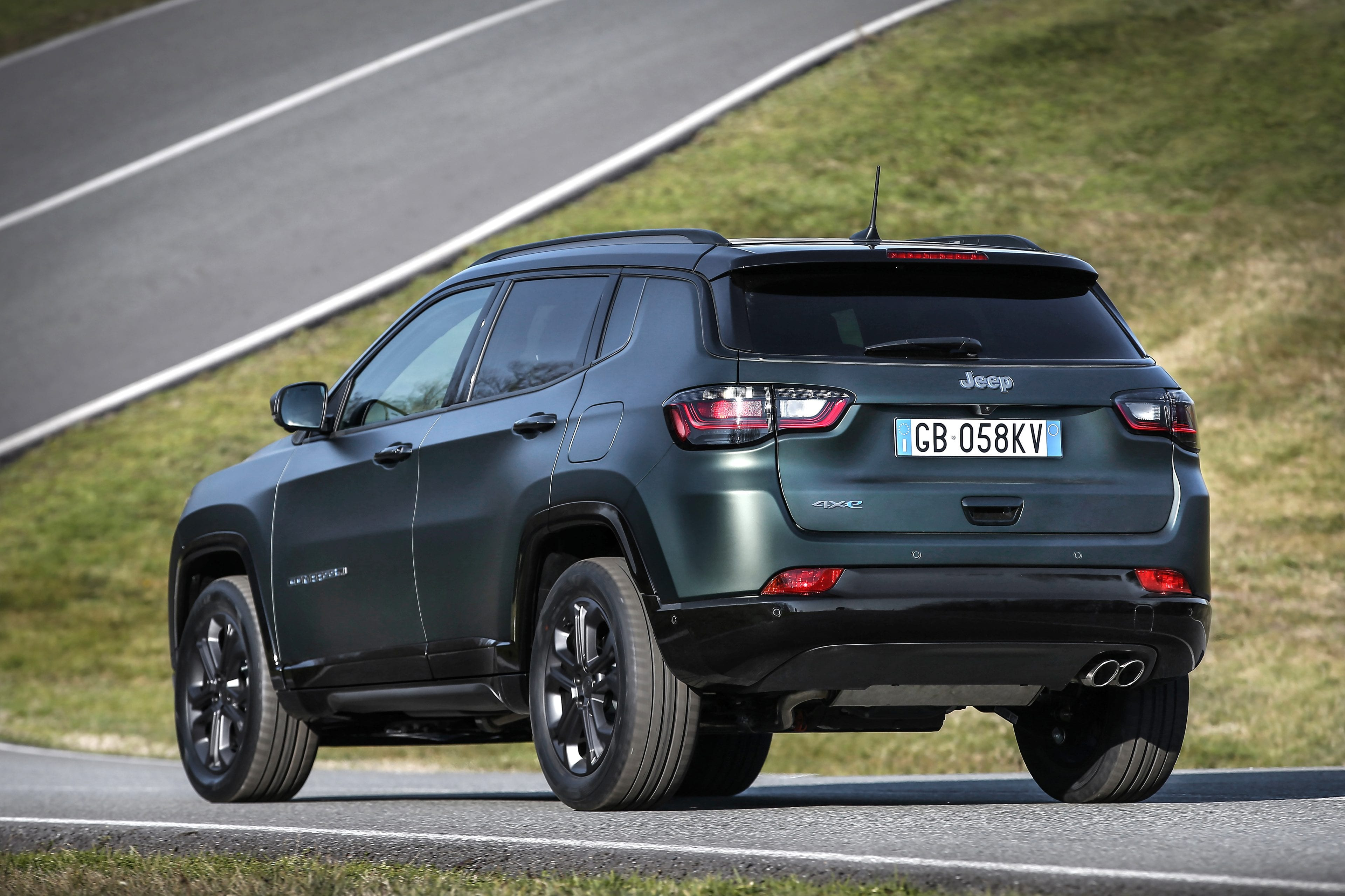 New Jeep Compass 80th Anniversary 4xe - achterkant rijdend