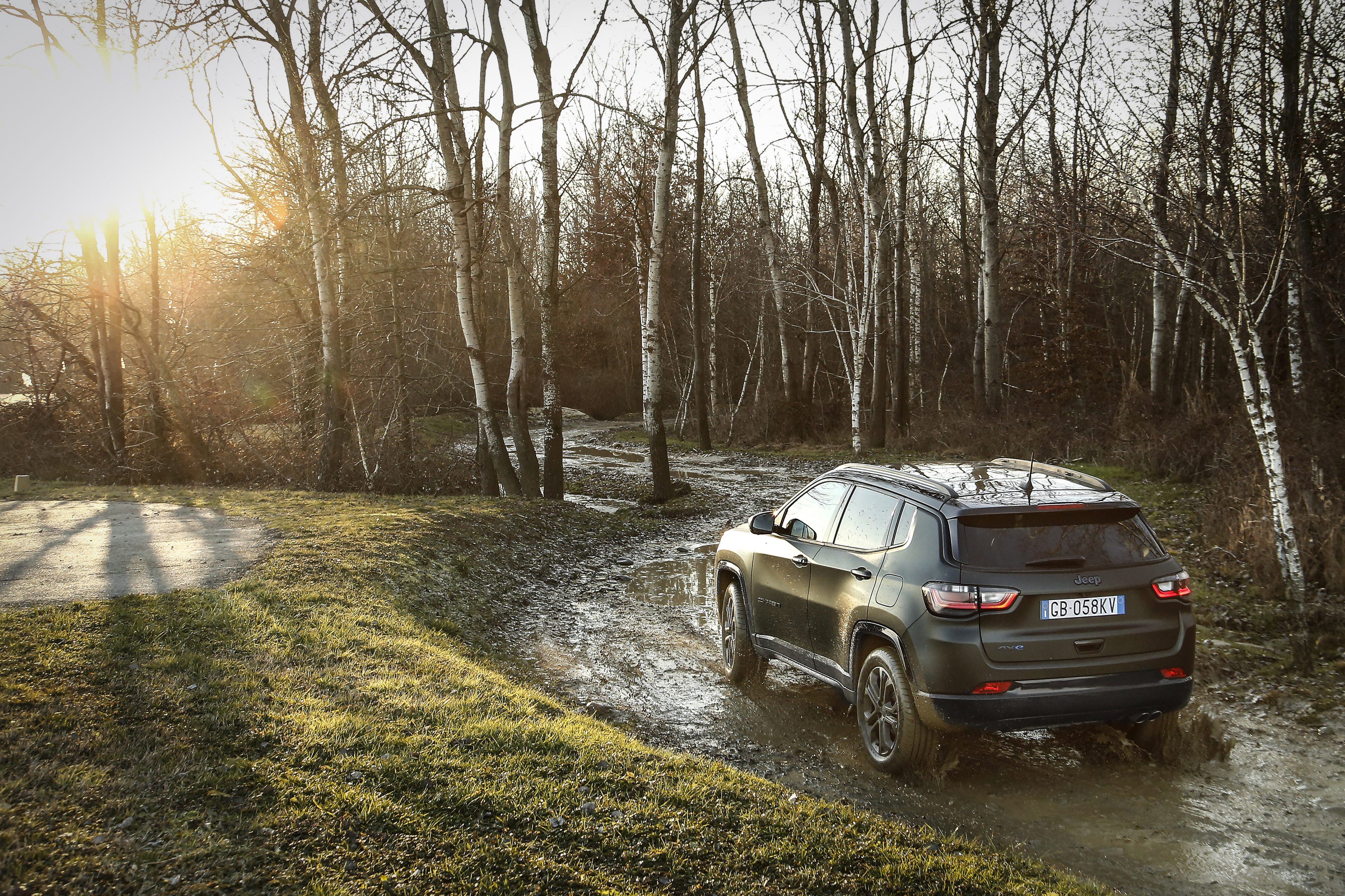 New Jeep Compass 80th Anniversary 4xe - achterkant natuur