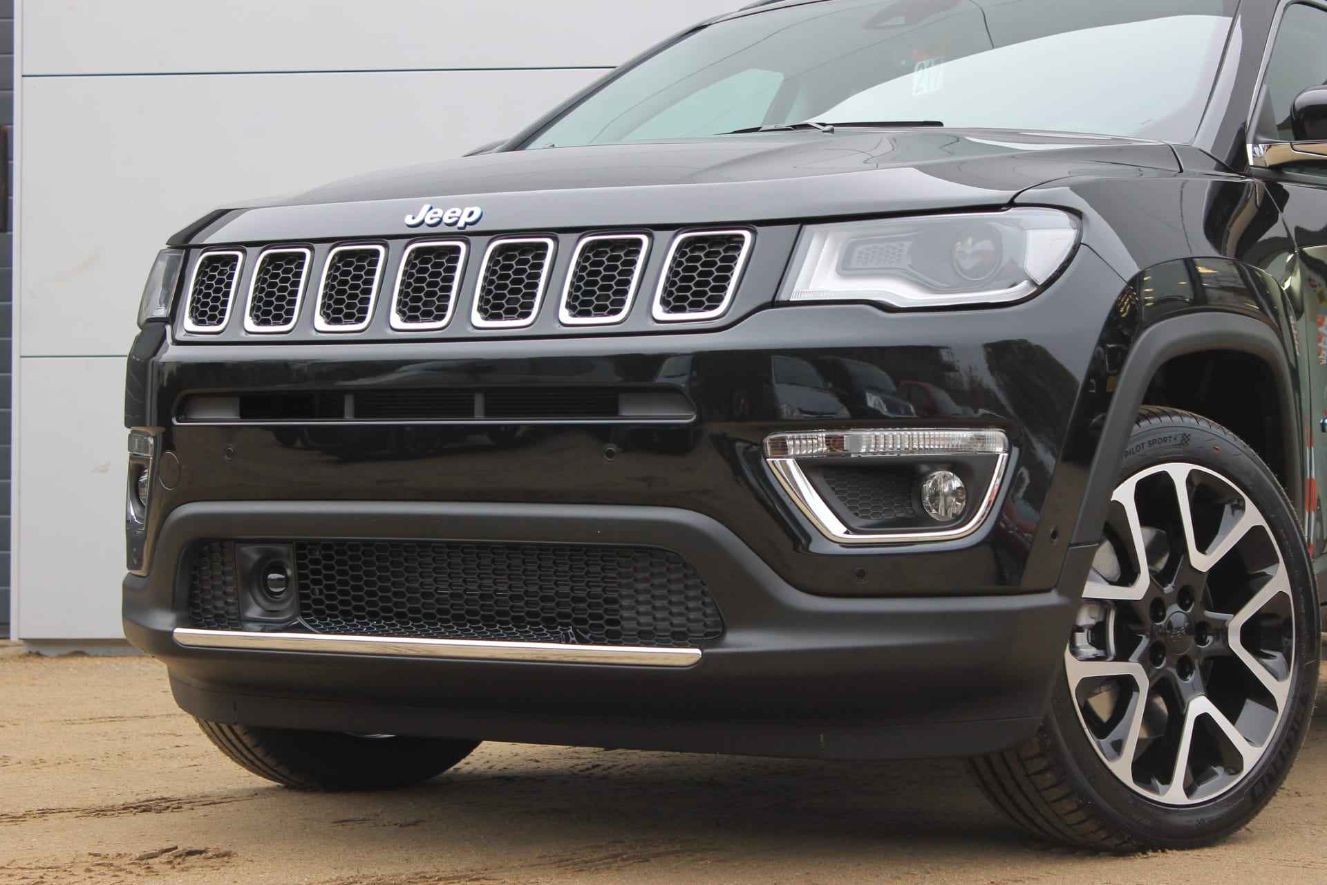 Jeep Compass 4xe plug in hybrid Limited - close up schuin voorkant