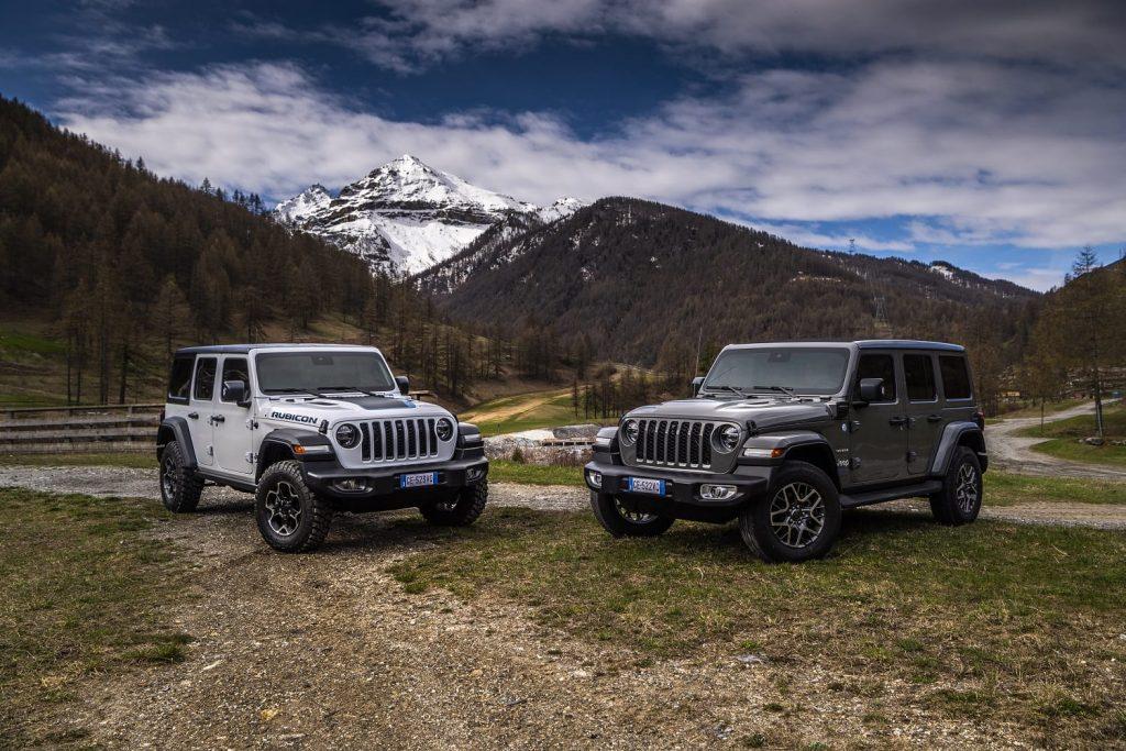 Jeep Wrangler 4xe Rubicon en 80th anniversary - schuin voorkant bergen