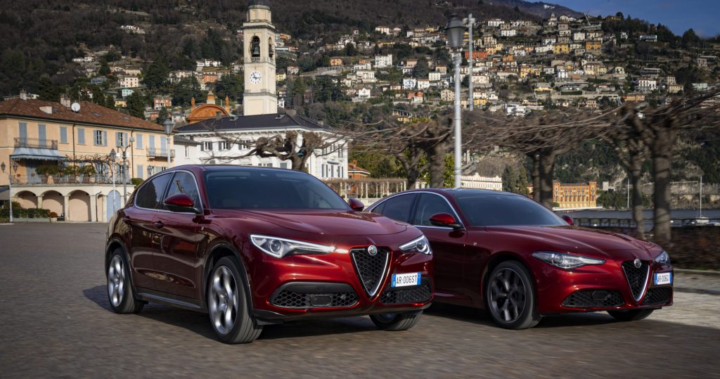 Alfa Romeo Giulia en Stelvio 6C Villa d'Este - schuin stad