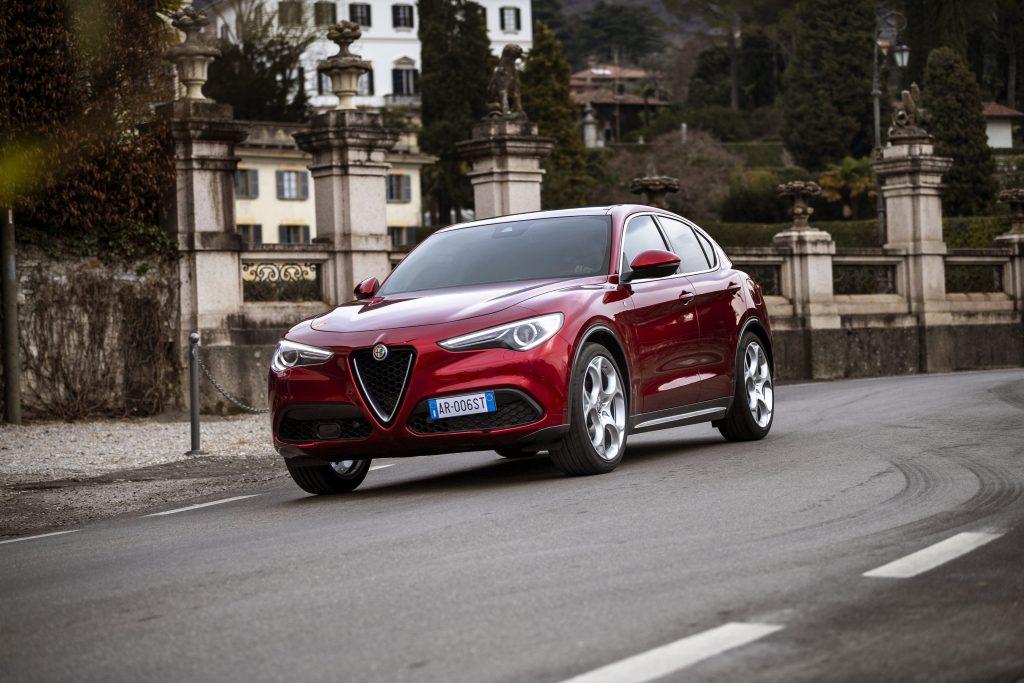 Alfa Romeo Stelvio 6C Villa d'Este - schuin voorkant stad
