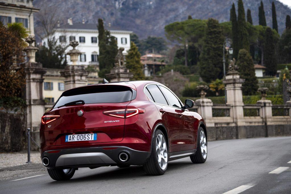 Alfa Romeo Stelvio 6C Villa d'Este - schuin achterkant stad