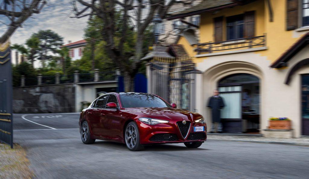 Alfa Romeo Giulia 6C Villa d'Este - schuin voorkant stad
