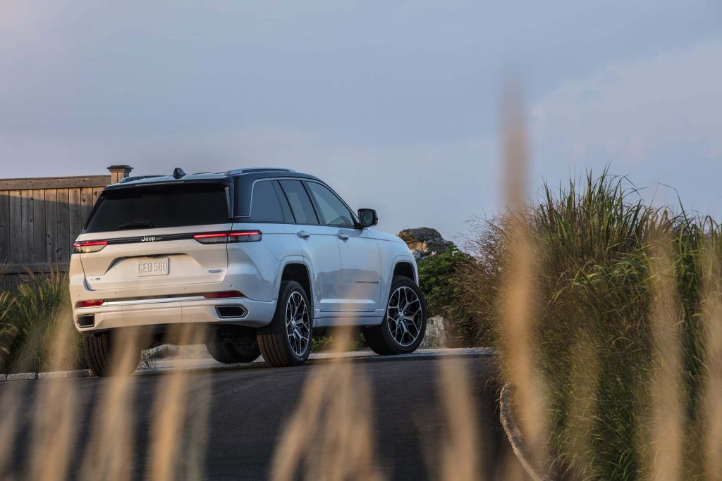 All-new 2022 Jeep® Grand Cherokee Summit Reserve - wit schuin achterkant