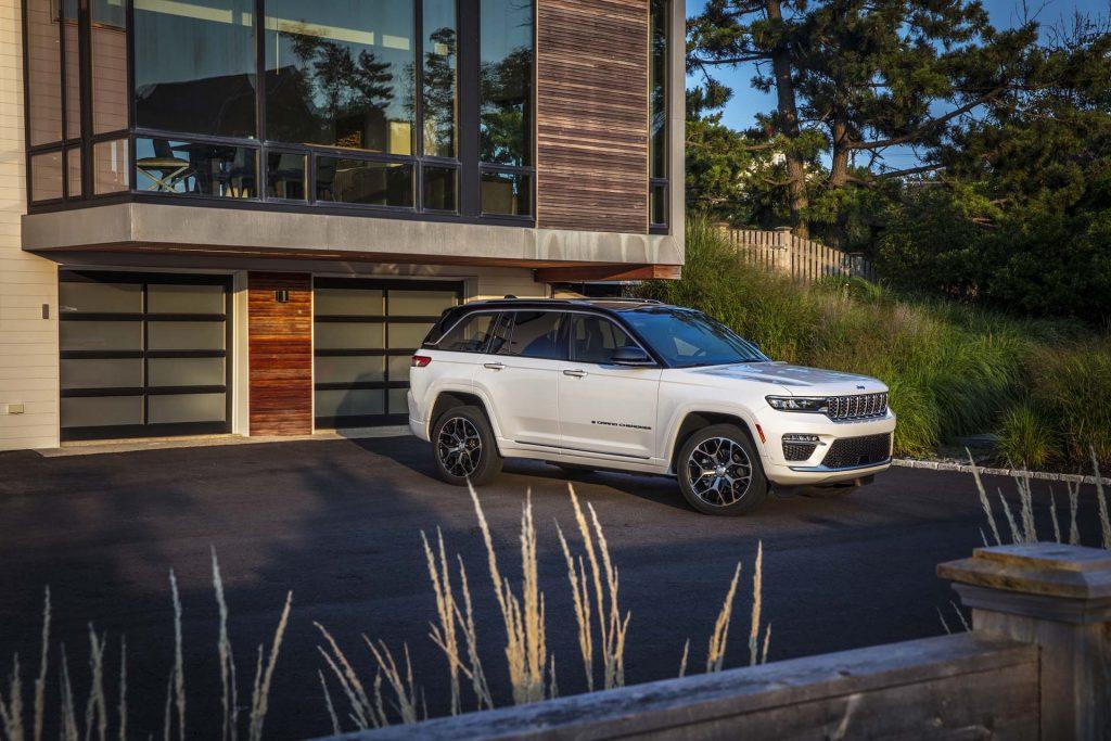 All-new 2022 Jeep® Grand Cherokee Summit Reserve - oprit
