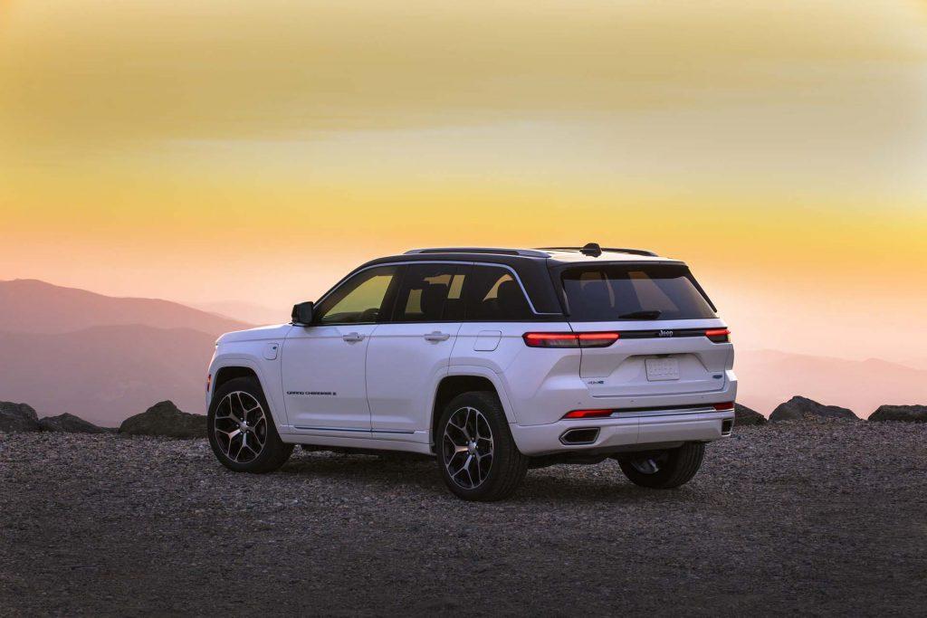 All-new 2022 Jeep® Grand Cherokee Summit Reserve - bergen schuin achterkant