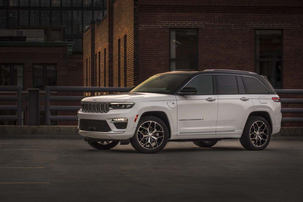 All-new 2022 Jeep® Grand Cherokee Summit Reserve - parkeerplaats schuin voorkant