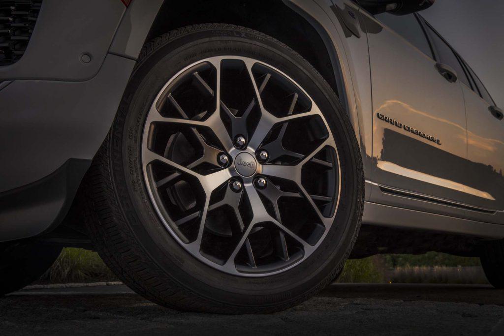 All-new 2022 Jeep® Grand Cherokee Summit 4xe - detail foto velgen